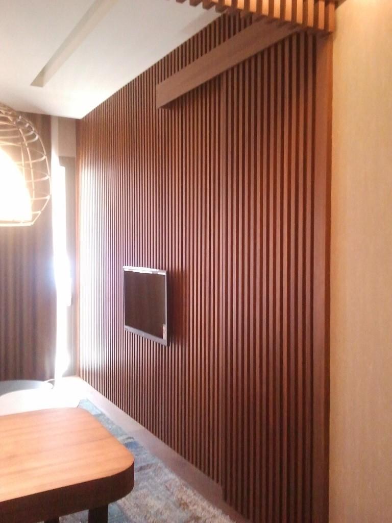 Yatak odası ve oturma odasını ayırmak için lata kapı,son derece kaliteli yükseklik üçyüzyirmi cm'dir.Ayırıcı paneldir,kullanımı kolaydır,sürgü kapı sistemidir,aynı odanın içerisinde ses yalıtımı sağlamaktadır.
