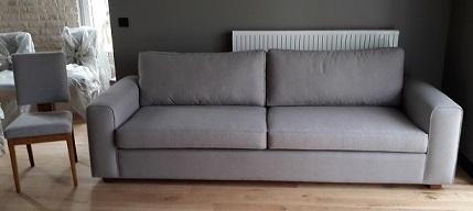 Modern Keten Kanepe 4 lü Kanepe,isteğe göre değişik kumaş yapılabilir,istenilen ölçü yapılabilir.Diğer örnek modeller için lütfen iletişime geçiniz.Mat keten kullanılarak üretilen renk tonu ve kumaş seçimi ile muhteşem dört kişilik kanepe son derece estetik ve zarif bir kanepedir, Bostan Mobilya ve tasarım da bulabileceğiniz modern dört kişilik kanepe sizler için istenilen ölçü yapılabilir , Bostan Mobilya ve tasarım da sizler için üretilen mobilyaları değişik kumaş kaplanılabilir chester kanepe ile beraber kullanılan kanepe isterseniz takım olarak da üretilebilir.Ankara Siteler modern koltuk takımı denildiğinde bu model gerçekten ilginizi çekecektir.İstenilen ölçü olarak yapılmakla birlikte arka kısmı sabit olarak da yapılabilir.Ayak kısımları ceviz cila yapılmıştır kanepe uzun olduğu için kanepe iskeleti çelik profil yapılmıştır , bu sistem ile elli yıl en az hiç bir şey olmaz , eğer kayın iskelet kullanılmış olsa bu kadar uzun kanepe de sıkıntı olabilir.