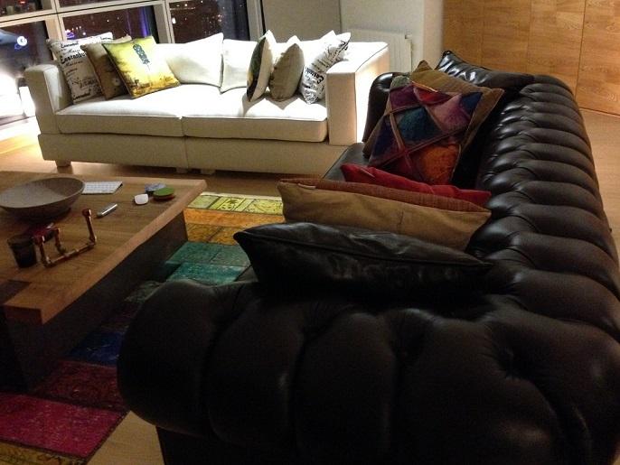 papatya-kanepe-bostan-mobilya,kapitonesiz chester kanepe son derece şık ve kullanışlı,ayakların yüksek olması ve düz olması sizler için bir avantaj ve klasik chester koltuktan kurtulmak için bir fırsat.ayrı zamanda model olarak modern kanepe ile eş apılmış ve bununla birlikte on derece kullanışlı bir ürün olarak ortaya çıkmıştır,bu ürün öyle güzeldir ki hakiki deri olan koltuk zeytin rengidir.