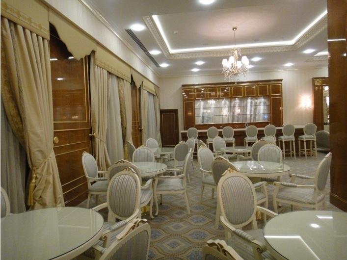 Otel fuaye alanı,Türkmenistan kültürüne uygun Türkmen yıldızı motifleriyle süslü,halısı,koltuğu,perdeleri bütün aksamı ile son derece güzel düşünülmüş zamana meydan okuyacak otel fuaye mobilyaları 20 yıl geçse dahi güzelliğinden ödün vermeyecek tasarımlar ürettik,Bostan mobilya ve tasarım olarak bir çok otel mobilyasını zevkle bitirmenin gururunu yaşıyoruz.Otel mobilyası