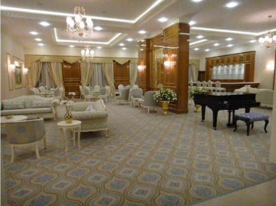 Otel fuaye alanı,Türkmenistan kültürüne uygun Türkmen yıldızı motifleriyle süslü,halısı,koltuğu,perdeleri bütün aksamı ile son derece güzel düşünülmüş zamana meydan okuyacak otel fuaye mobilyaları 20 yıl geçse dahi güzelliğinden ödün vermeyecek tasarımlar ürettik,Bostan mobilya ve tasarım olarak bir çok otel mobilyasını zevkle bitirmenin gururunu yaşıyoruz.
