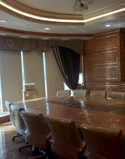 Bostan mobilya toplantı masa ve sandalyeleri,görsel otel de yetmiş kişilik toplantılarda kullanılmak üzere tasarlanan akçaağaç konseptli masif olan masa altı parçadan meydana geliyor e 670 cm uzunluğunda,sandalye kumaşları dokuma kumaş ve alt gövde örümcek ağı gibi metalin üstüne ahşap sarılmasından meydana geliyor,sandalyeler amortisörlü,ve gayet sağlam.
