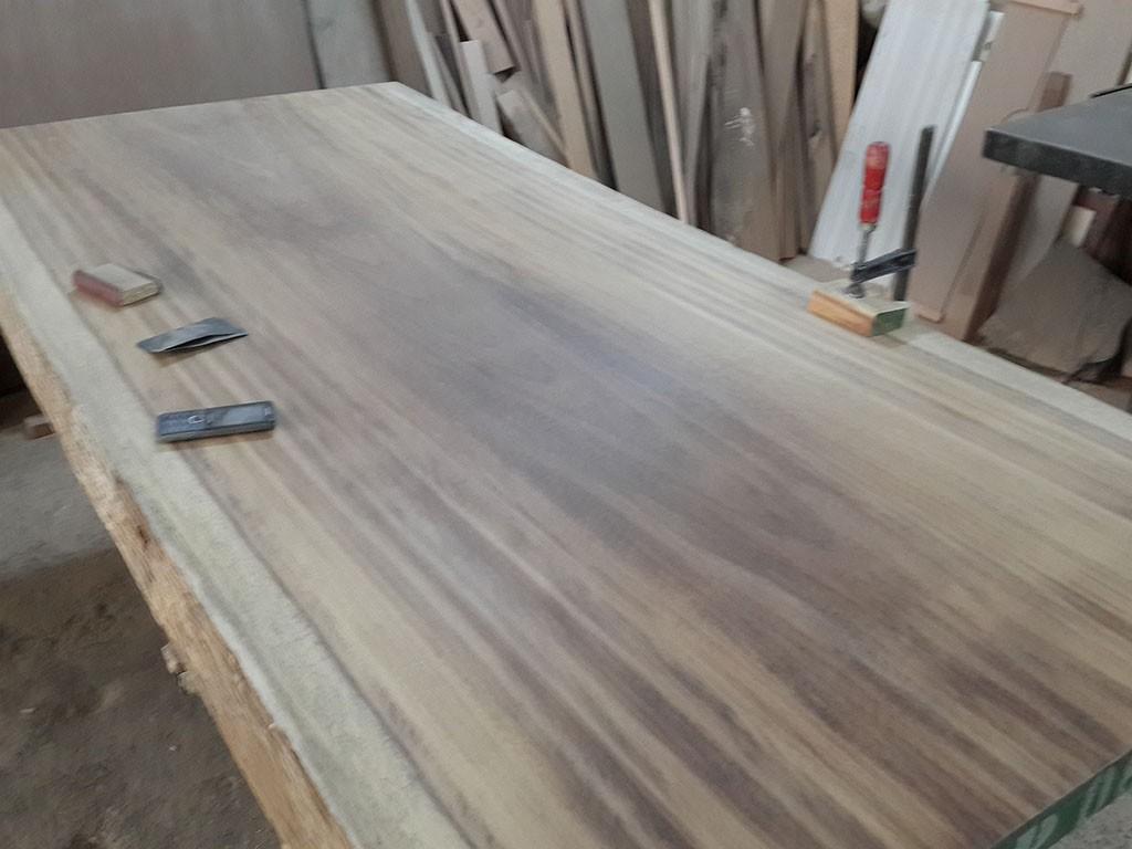 Masif tik masa son derece kaliteli ürünler üretmektedir,bununla birlikte teak ağacı hareli masalar konusunda oldukça başarılıdır.