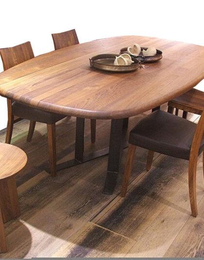 Komple masif ceviz ağaçtan üretilen masif ceviz masa ve sandalyeler Bostan Mobilya ve tasarım'da bulma imkanınız var.Kenar kısımlarını komple yuvarlatılması masif masayı daha güvenilir bir ürün yapmaktadır.