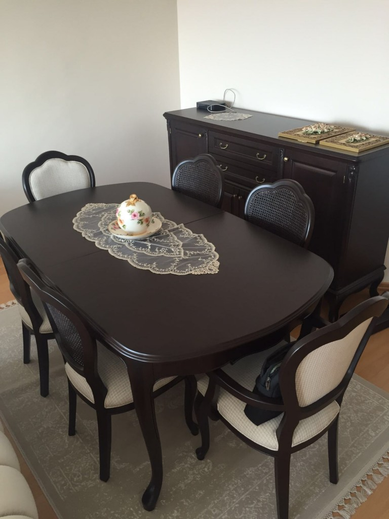 Masif klasik yemek odası takımı son derece kaliteli ve estetik bir ürün olan anigre kaplama dan imal edilmiştir,masa elips olup açılınca daha da geniş olma özelliği vardır, Yapmış olduğumuz mobilyalar yüzde seksen masif ağaçtan imal edilmiştir,istenilen cila yapılabilir,daha açık cila ve renk yapılabilir, bunun yanın da sandalyeler hasır kaplama dır diğer sandalyeler ise kumaş kaplamadır.