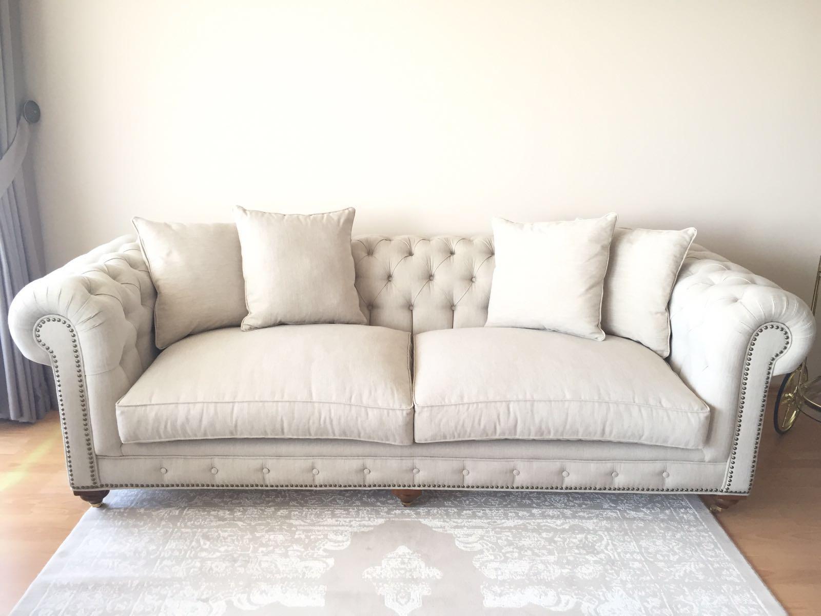 Keten kumaşlı chester koltuk takımı son derece kaliteli bir üründür dokuma kumaş tan imal edilmiştir,yirmi yıl kusursuz kullanacağınız şekilde imal edilmiştir,son derece zarif bir üründür pirinç ayak kullanılabilir ya da kullanılmaya bilir yine koltuğun kenar kısımlarında ki kabara yapılmayabilir,istenilen ölçü yapıldığı gibi chester koltuk takımı evinizin ölçüsüne göre de imal edilebilir,farklı kumaş alternatifleri vardır,isterseniz nubuk deri ve ya suni deri de üretilebilir bunun yanın da hakiki deri olarak da chester koltuk takımı üretilebilir.İskelet ömrü yirmi yıldır,farklı tarzda koltuklar ile grup yapılabilir.