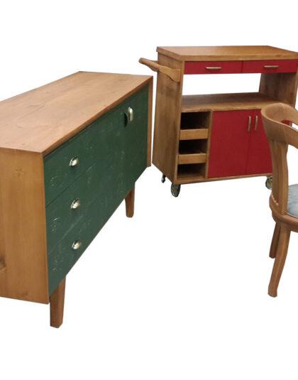 Seksenler tarzı olan masif yemek odası masif yemek odası son derece kaliteli ve sağlam olan bir modeldir , yıllara meydan okuyan yani modası geçmeyen model olarak oldukça kaliteli bir üründür , Ankara Mobilya olarak en sağlam masif ağaç mobilyaları sizler için imal ediyoruz , kapak kısmında kullanılan yeşil lake olan kısım istediğiniz renk yapılabilir , resimden de anlaşılacağı gibi iki varyant olarak ürettik birinci seçenek masif konsol küçük evler için yüz yetmiş santimetre , masif masa ise yüz yetmiş santimetre ye doksan santimetre olmaktadır.büyük boy masif konsol da iki metre boyunda büyük boy masif masa ise iki metre ye yüz santimetre olarak yapılmaktadır.