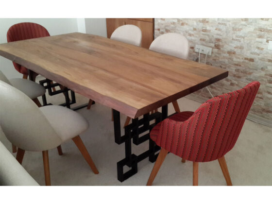 masif ceviz masa , metal ayak , istenilen ölçü ve cila yapılabilir .